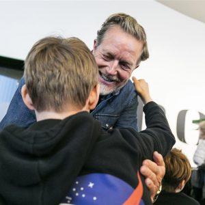 Peter Mygind uddeler julegaver i HEART Herning. Foto: Roar Paaske