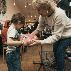 Birthe Kjær uddeler julegaver til anbragte børn