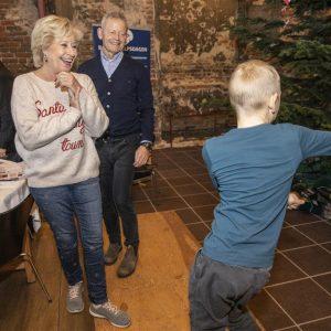 Dans og latter med Birthe Kjær og Bubber til Børnehjælpsdagens julefest. Foto: Jakob Mark