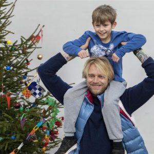 Felix Smith deltager i Børnehjælpsdagens julefester for anbragte børn.