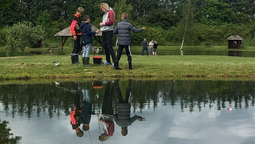 Fiskestængerne gøres klar til fisketur ved Vesthimmerland.
